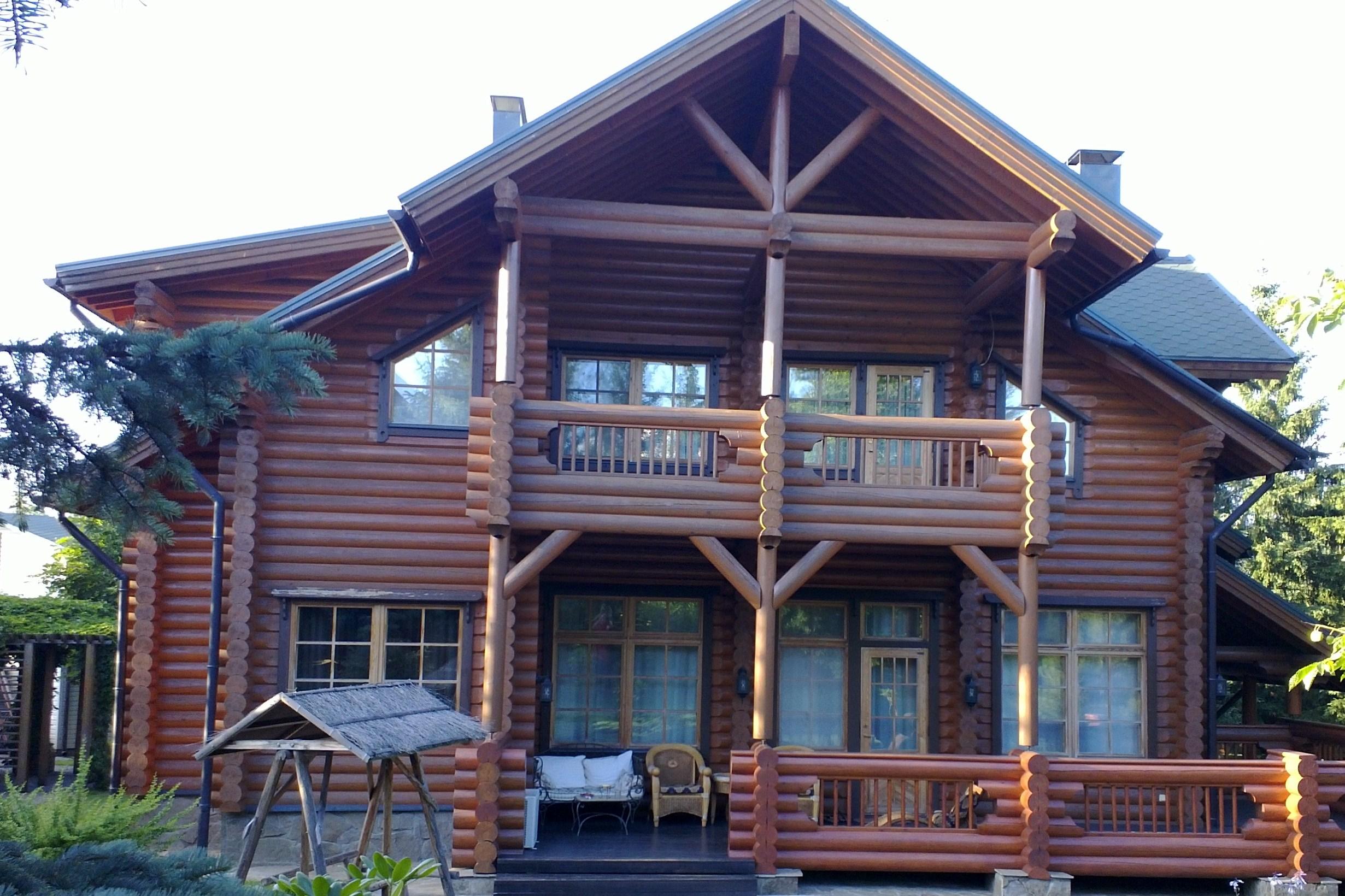 Фасад деревянного дома до установки резных наличников