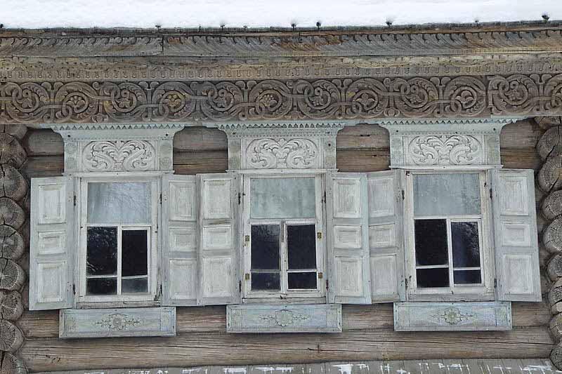 Уникальный деревянный фасад старого дома украшенный домовой резьбой