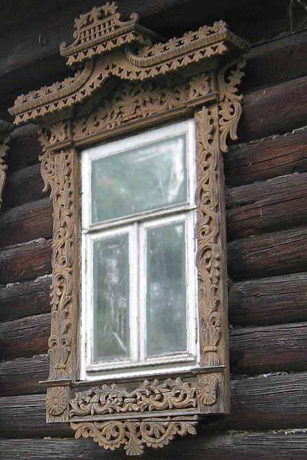 Старинный резной наличник с элементами растительного орнамента - рельефная резьба