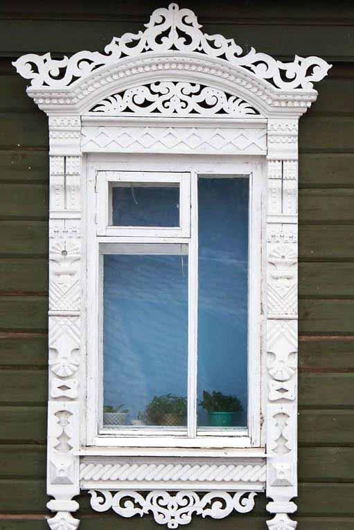Классический белый декоративный наличник с идеальными пропорциями