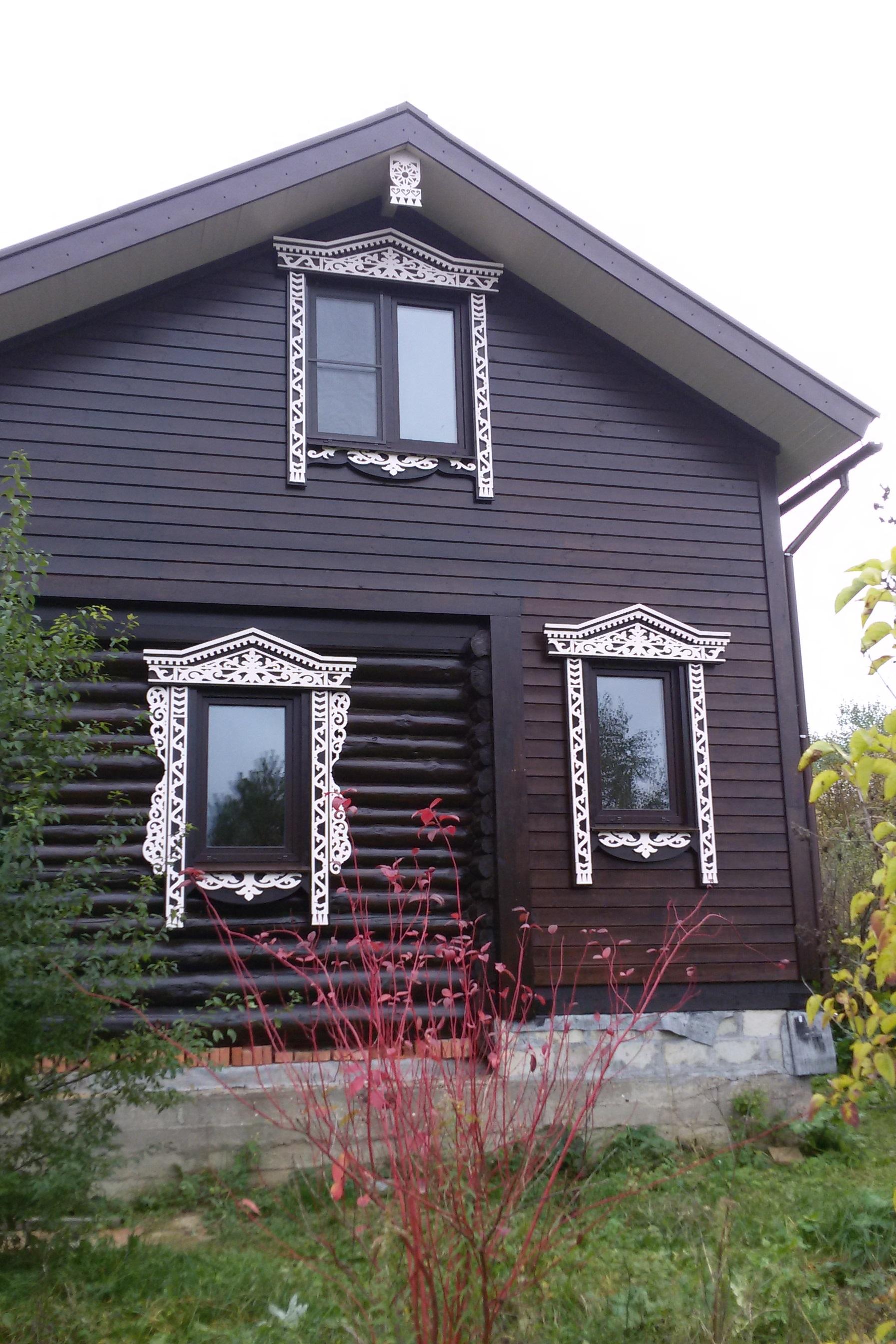 Уникальный комбинированный фасад с резными наличниками