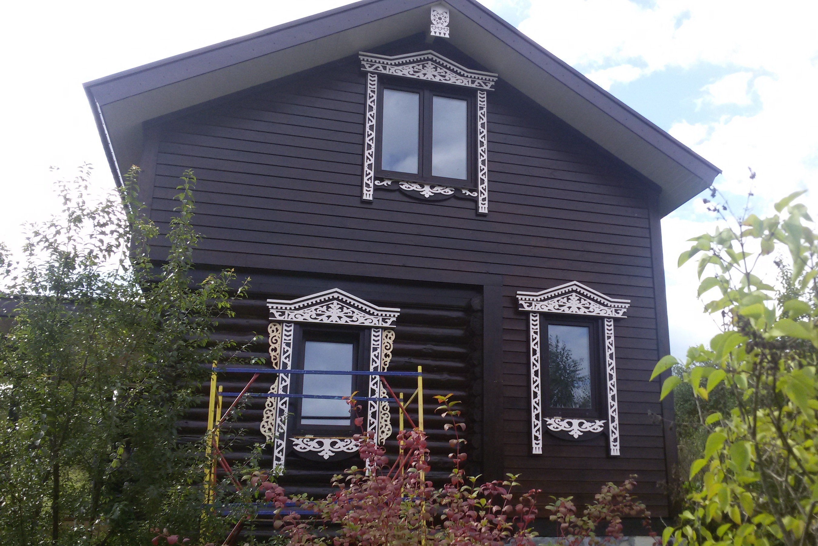 Дом после монтажа резных наличников и орнамента