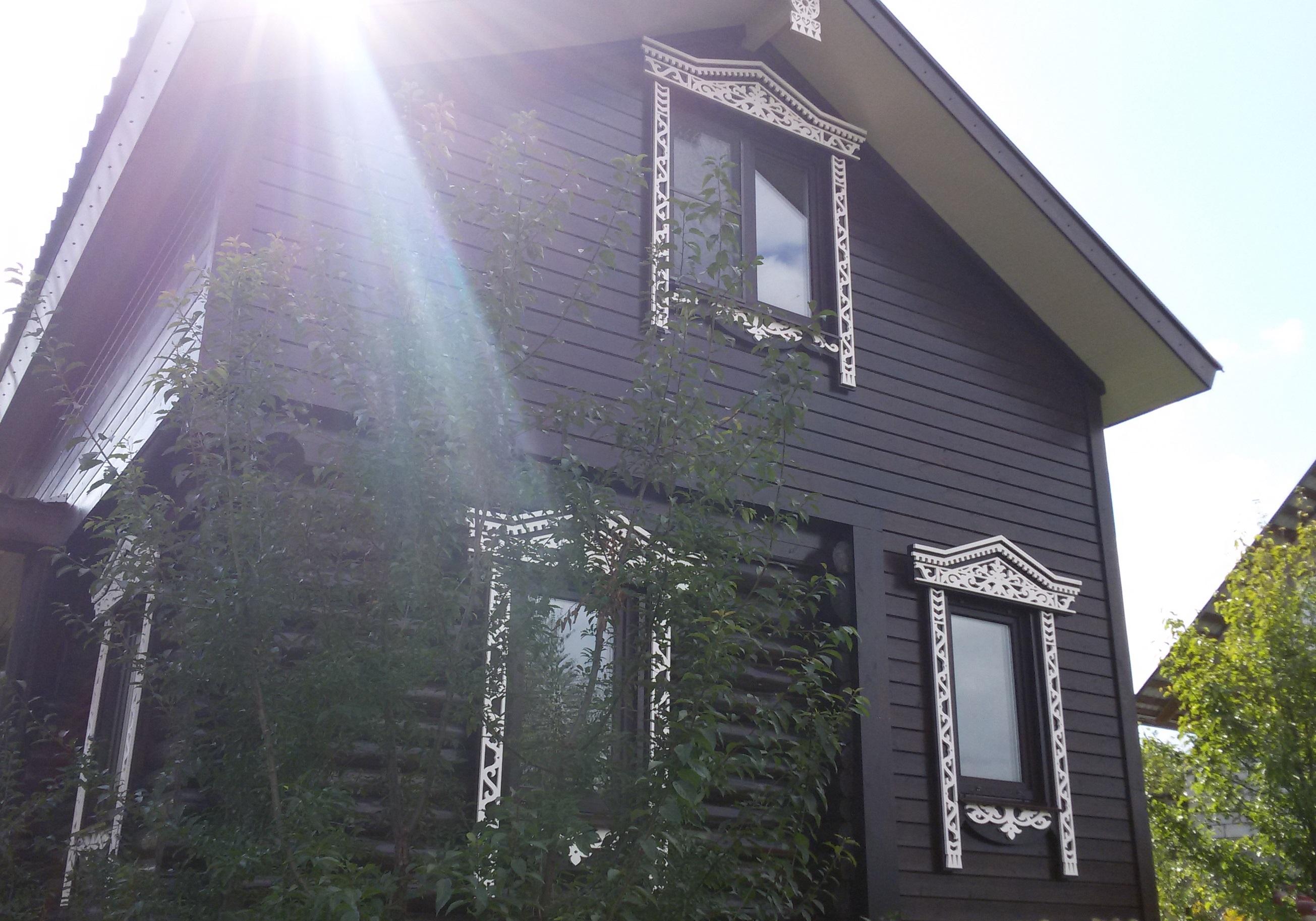Темный фасад с резными наличниками