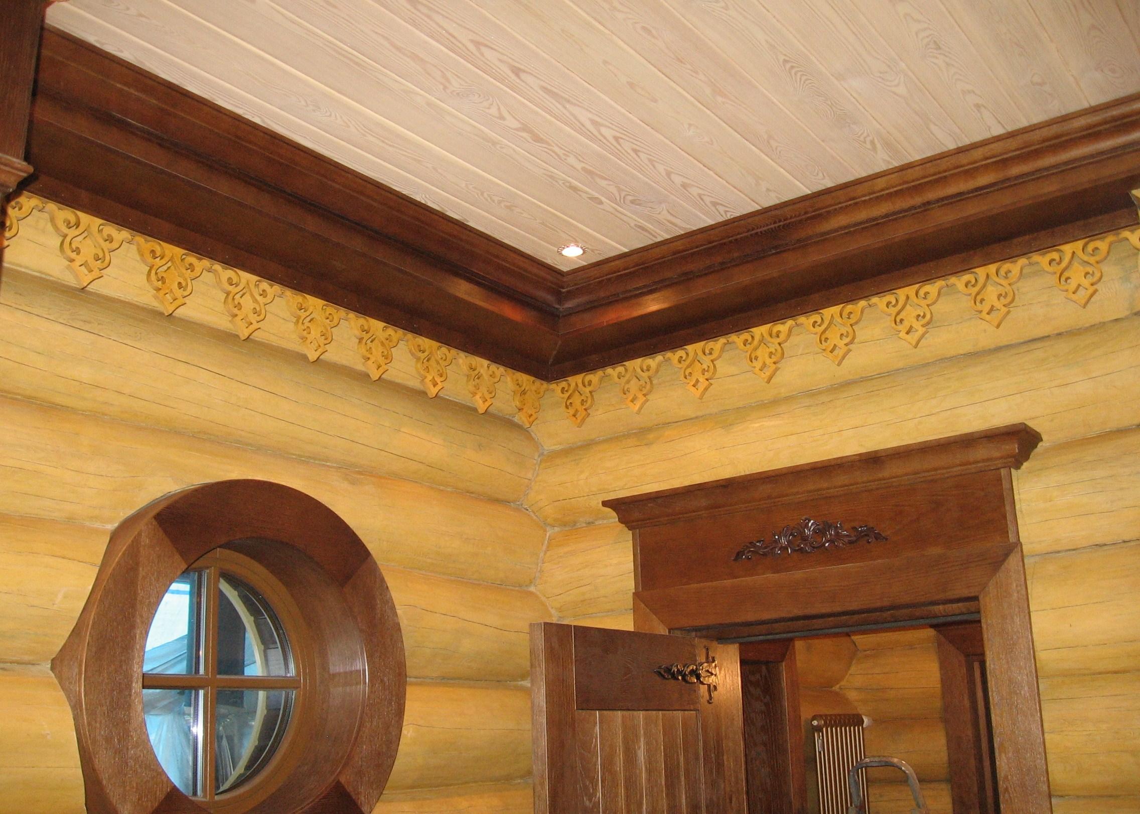 Внутренняя декоративная отделка деревянного дома резными карнизами и наличниками